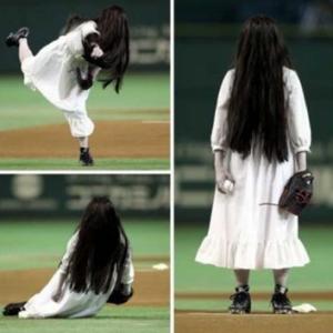 gambar hantu lucu lagi main bisbol