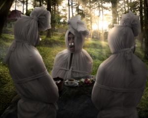 gambar hantu pocong lucu lagi makan sesaji