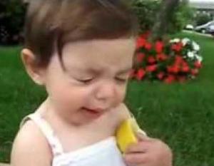 ekpresi lucu ketika anak pertama kali mencicipi jeruk asam