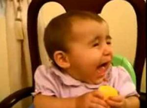 ekspresi bayi lucu makan makanan yang asem
