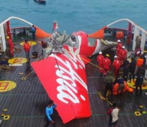 gambar ekor air asia yang berhsil di angkat akibat kecelakaaan pesawat yang mengerikan
