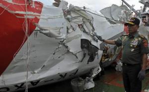 gambar foto ekor pesawat air asia yang berhasil di angkat dari dasar laut