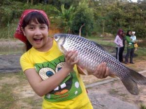 gambar Prilly Latuconsina asli artis ggs berfose dengan ikan besar