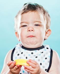 kasihan melihat anak kecil memakan buah yang asem