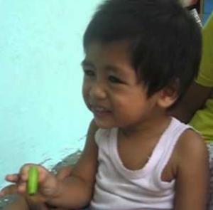 muka bayi lucu karena makan buah belimbing yang asem banget