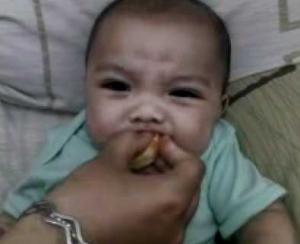 rupa lucu wajah bayi saat makan jeruk, lucu abis deh