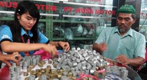 Pria Tua ini Membeli Motor Kontan Dengan Duit logam Dalam Karung Beras 75 kg