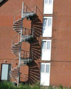kamu pasti gak paham , pandang sekali lagi, pasti kamu makin pusing, kok bisa bego banget yang buat tangga ini
