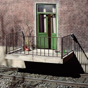 Rumah yang sangat bernyali, pintunya di atas rel kereta api, kalau ada kereta api lewat gimana yah...!!