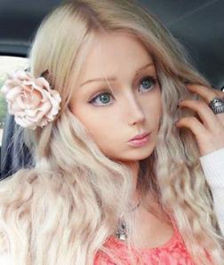 wau gadis ini sangat mirip dengan manusia barbie