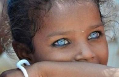 cewek bermata biru